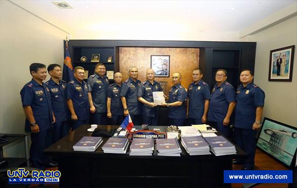 File photo: Pagturnover ni BOI head P/Director Benjamin Magalong ng report kay PNP OIC Leonardo Espina