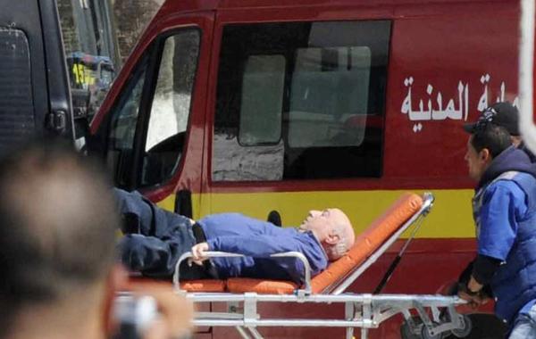 Isang sugatang turista ang isinakay sa stretcher matapos madamay sa naganap na pag-atake sa isang museum sa Tunisia (Reuters)
