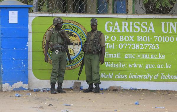 Reuters - Dalawang security officers na nagbabantay sa Garissa University College sa Kenya