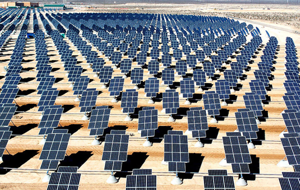Mga solar panel sa Nellis Air Force Base, Nevada, U.S.A (Wikipedia.org)